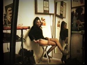 Come dicevo, le modelle di allora erano 'molto più in carne' delle modelle attuali; vedi la presente fotografia  L' ideale di bellezza ai tempi di Modigliani era invece più vicino alla' prosperità'