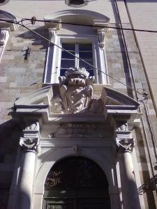 Pisa,stemma mediceo sopra l'entrata del palazzo comunale