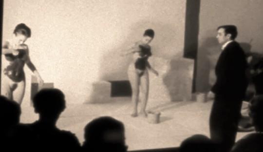 Yves Klein ; anthropometries . Background. Al posto dei pennelli, corpi femminili dipingono smaterializzando modelli riempitivi, colori - il blue Klein basta ed avanza a rappresentarli tutti - . E la figura umana - in senso neo rinascimentale - è di nuovo centrale !