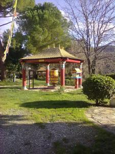 gazebo,pagoda con ruota delle preghiere,presso l'istituto lama di pomaia (pisa)