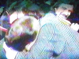 Il comico  Benigni che abbraccia Silvio Berlusconi - di spalle - con palese atteggiamento 'sfottò' .  In alto a destra l'attore e regista Nanni Moretti .