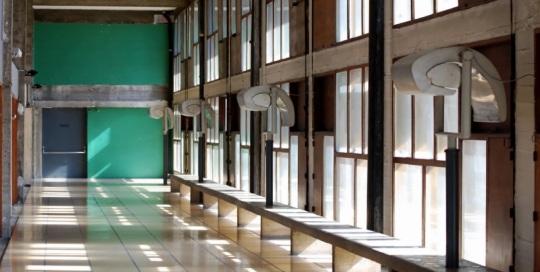 """L 'escargot popolare  dell' """"  L' unité d'habitation de Marseille -1945- """"di Le Corbusier illumina il corridoio di questa palazzina marsigliese progettata da Le Corbusier  con finalità di affrancazione popolare nell'ambito architettonico."""