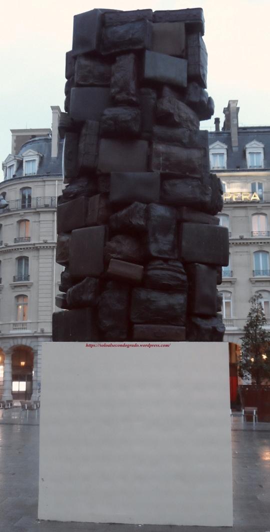 Altra Opera eccentrica dalle parti della Stazione St Lazare Paris; questa opera ,come la successiva, dimostrano che quando una società si è piegata su se stessa e non ha dunque più nulla da dire,  allora l'Arte che la rappresenta non ci dice più nulla.
