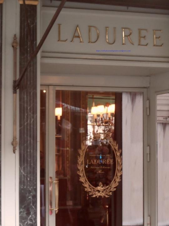 La Duree Paris; piazza de la Madeleine. Una delle più ambite pasticcerie parigine... Solo i prezzi non sono dolci ma...piuttosto salati