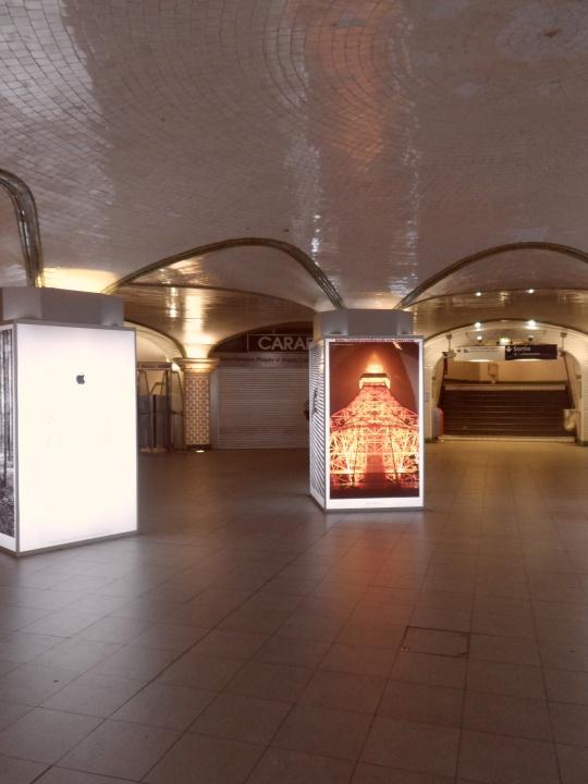 La solitudine  sotteranea della Metro,come la solitudine profonda nell'animo di molti che vivono da eremiti tra milioni di eremiti.