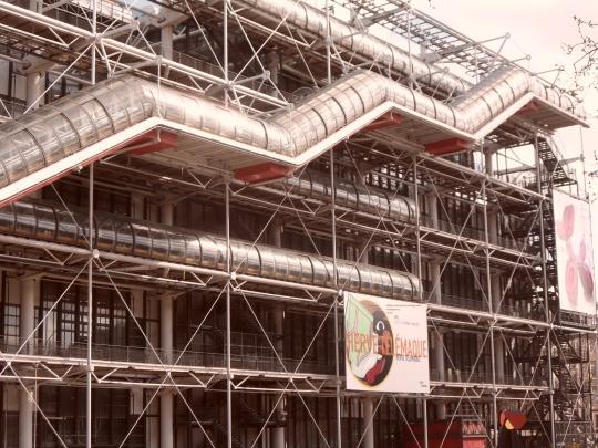 Le Beaubourg ou  Centre Pompidou; ovvero l'artropode col suo esoscheletro come fosse una sorta di aragosta ! Tutto è esterno e trasparente, visibile, dalle tubature dell'acqua dell'elettricità, del sistema di riscaldamento e ventilazione etc...