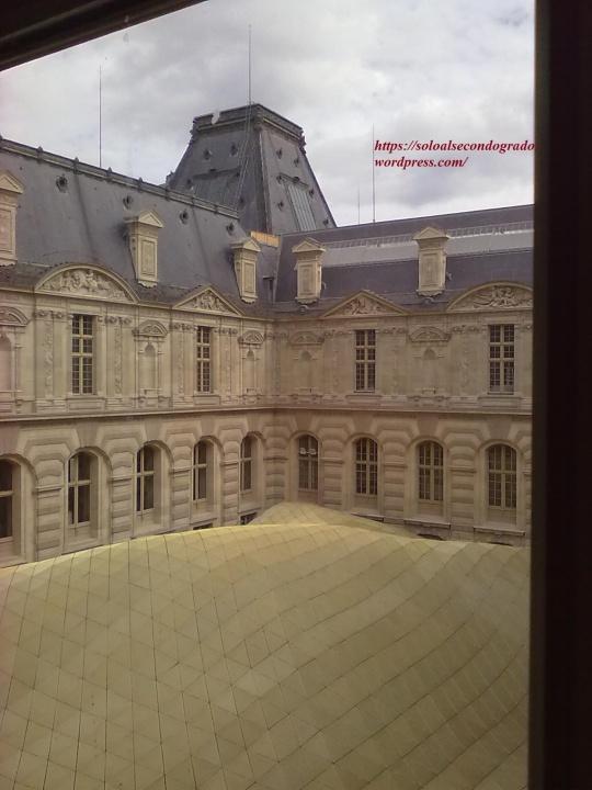 La combinazione - qui tentata - di fondere Arte antica e moderna ,presso un cortile interno al Louvre lascia molto a desiderare nei risultati.