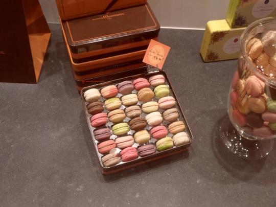 Les Macarons i dolcetti tipici di Parigi  Tanto dolci per quanto poco saporiti. 'Dolce vita'...sciapita!