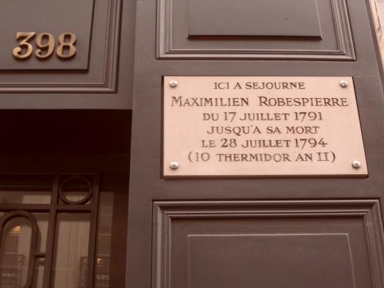 Maximilien de Robespierre et sa dernière résidence au Rue Saint Honorè. Un tipo che non scherzava... Nel suo ultimo discorso d'assemblea manifestò il proposito di eliminare i nemici della Rivoluzione. I convenuti si guardarono tra loro e decisero che sarebbe stato meglio eliminare Lui anziché molti tra loro!