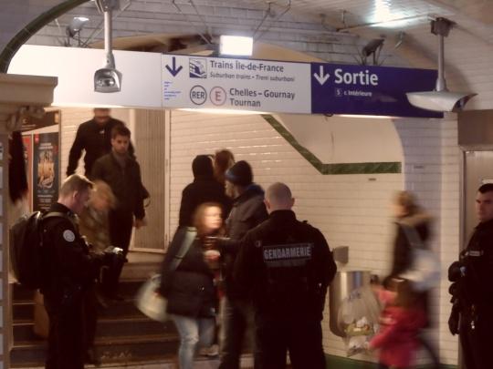 Versione al maschile ed in divisa; si noti lo sguardo del gendarme sulla sinistra - che subito dopo interverrà nel tentativo di far cancellare la fotografia