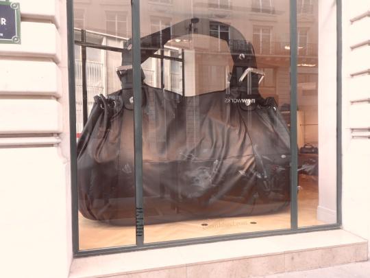 Una borsa gigante per dei prezzi ingiustificatamente    giganti