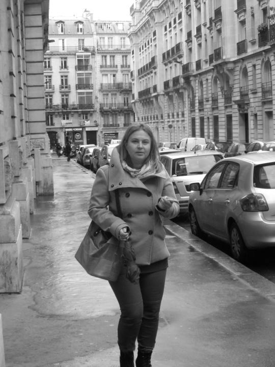 Une parisienne à travers les rues de Paris