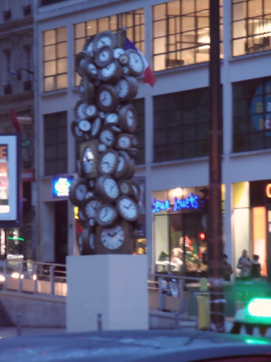 Un'eccentrica opera moderna presso la Stazione St lazare Paris (2) Leggi commento all'opera qui subito sopra.