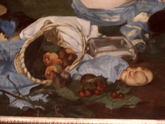 Édouard Manet le déjeuner sur l'herbe  La colazione sull'erba particolare 3 Musée d'Orsay Parigi. Eccellente natura morta;  un disordine nella disposizione dei frutti che rispecchia lo scompiglio morale che le figure contrapposte (nuda lei vestiti di tutto punto i maschietti...) avrebbero generato a qui tempi.