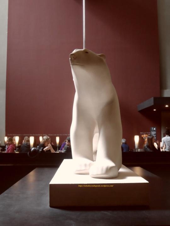Un 'Ours blanc' in pietra di fronte al 'cafè' del museo d'Orsay. Opera assai ben eseguita ed originale;  'il n'y a pas de quoi!' se non fosse per il cognome dello scultore francese...