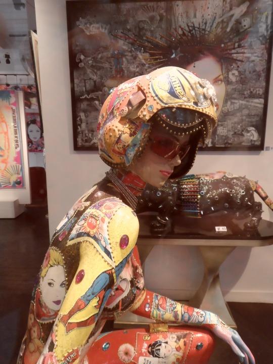 Opera contemporanea esposta ed in vendita presso galleria d'arte di fronte al Louvre... Ricordate una serie televisiva americana :' :'Saranno famosi  -Fame - ? Sarà famosa o sarà solo un contributo da mecenate al mondo semi spensierato del para- artistico?