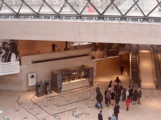 Il sottosuolo della piramide centrale attraverso cui per mezzo di più sottopassaggi si accede al Louvre