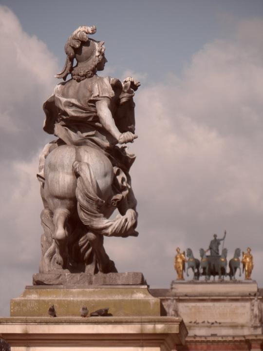 Posteriore regale nella corte del Louvre. Degna parte della dottrina Mitterand , del suo Autore e di chi la sostenne.