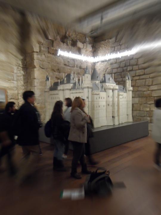 Parte antica  (entrata Sully) le fondamenta del Louvre con tanto di plastico dell'edificio principale