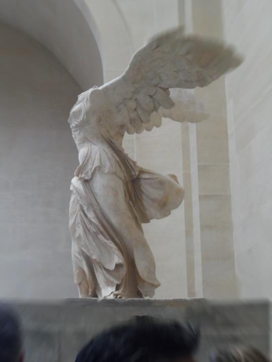 La vittoria alata - Winged Victory - seppure irrimediabilmente deturpata, conserva il suo fascino tutto greco romano... Non a caso attira attenzione quanto l'Opera leonardesca per eccellenza; la Gioconda.