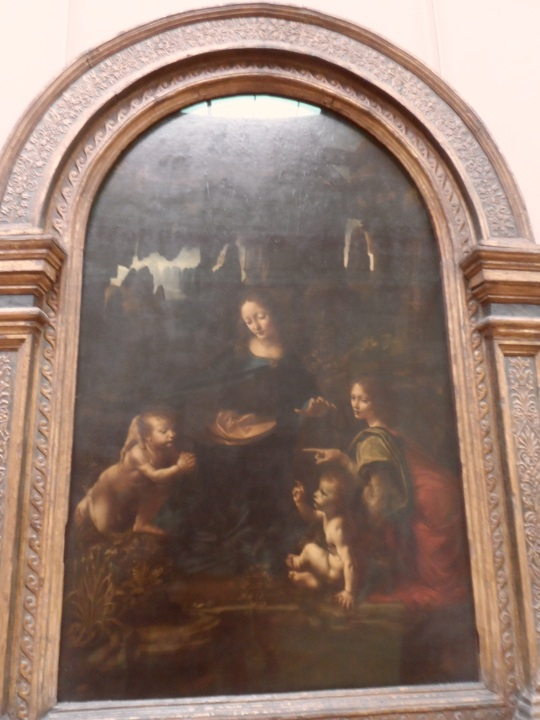 'La vergine delle rocce' di Leonardo; la 1/2 la versione custodita a Parigi ( l'altra è a Londra). Come per la Gioconda ,Leonardo si rifiutò di consegnarla al committente - una comunità religiosa - ( e questo per sue ragioni artistiche; gli era riuscita così bene da decidere di tenersela per se...) ma giuridicamente perseguito Leonardo fece una seconda versione della stessa.