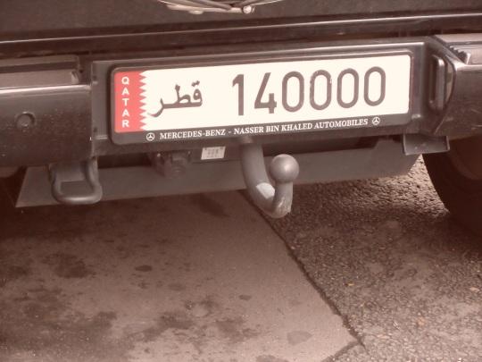 La Polizia parigina non scherza in quanto a multe; ditemi voi come se ne può fare una ad una targa personalizzata catarina (del  Qatar) ovvero con scritta in arabo! Un qatari à Paris avec une plaque d'immatriculation personnalisée