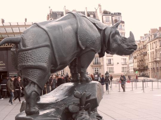 La presente fotografia come la successiva, che ritraggono rispettivamente la scultura di un rinoceronte e di un elefante, due erbivori africani, mostra come ci combinano le due stesse sculture con Parigi , la Senna i Parigini, la Francia ed il museo d'Orsay; come il cavolo a merenda. Al pari del resto come la piramide 1/3 viste nella corte del Louvre. Sono scelte misteriose che rimangono tali.