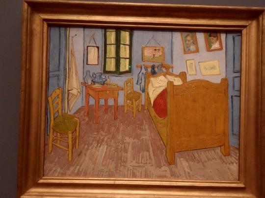 Un bel quadro, peraltro assai famoso di Van Gogh:' :' la camera ad Arles', quando ormai ogni rispetto e contatto sociale della/con la 'gente per bene' gli era precluso. Il dolore, perché in fondo è questo il valore di fondo di ogni Sua Opera, è certo sociale come la Sua 'pazzia'. Ed in questo scorcio della Sua stanza assume la forma di una deformazione prospettica allucinata ed allucinante.