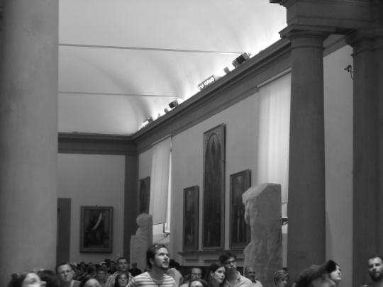 Museo della Galleria dell'Accademia Firenze; il David di Michelangelo in 'soggettiva'. Ovvero negli occhi di chi guarda.  Si noti lo stupore che genera nei visitatori. Rito collettivo di auto - suggestione o vera ammirazione per una perfezione di un'Opera unica ?