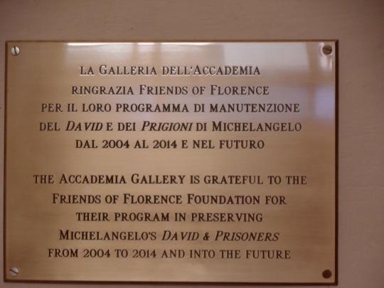 Il testo; ' La galleria dell'Accademia ringrazia Friends of Florence per il loro programma di manutenzione del David e dei Prigioni di Michelangelo dal 2004 al 2014 e nel futuro .