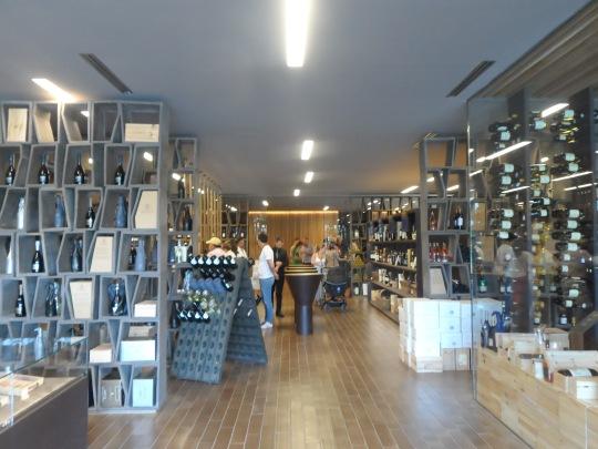 L'angolo dell'acquisto presso Antinori Bargino di S.Casciano (FI); si dia un'occhiata al prezzo del vino bianco 'Cervaro della Sala' 2013 ; 36 euro. Ma se si prova a chiedere lo stesso vino ma annata 2012 ecco che il prezzo sale a ben 55 euro . E... perché si dia un'occhaiata ai 100 vini scelti/ritenuti i migliori al mondo dal campione mondial sommelier ( Luca Gardini ) - vedi al link qui sotto -e si noterà che l'annata 2012 è tra i 100 vini... Ognunop ne tragga le conclusioni che meglio crede... E' il caso di dire a buon intenditore poche parole !