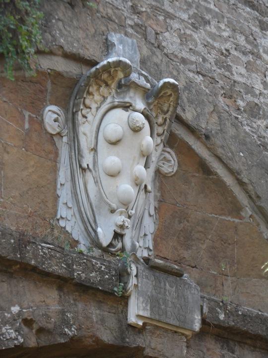 Il tutto all'ombra dei 'Medici' ; stemma di famiglia con le famose sei (6)  palline