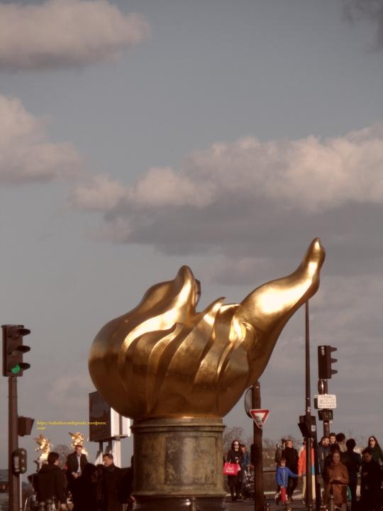 Paris del terzo millennio; Comme le monument à Jeanne d'Arc, il est de coutume à Paris couvrir tous les monuments d'or