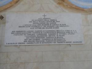 Targa commemorativa in onore dei Sacerdoti caduti nella guerra, presso la chiesetta di Sant'Anna di Stazzema (Lucca)