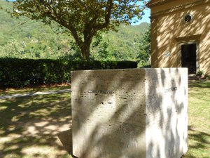 Il cubo 'tragico' di fronte alla chiesetta di Sant'Anna di Stazzema (Lucca) - Toscana - . Vuole ricordare - paragonare - l'eccidio di Sant'Anna di Stazzema con altri accaduti in Italia e non  durante la seconda guerra mondiale .