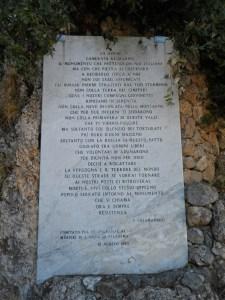 Targa commemorativa - ammonitrice di Piero Calamandrei presso Sant'Anna di Stazzema (Lucca ). Il vero allucinato ed ipocrita è chi la redatta e sottoscritta .
