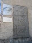 Indicazioni museali con tanto di Guernica picassiana