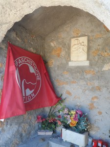 Cappelletta commemorativa presso il monumento ai caduti civili di Sant'Anna di Stazzema, in cui è palese - come per quanto sopra detto e fotografato circa il pensiero di Piero Calamandrei - l'ipocrisia di chi l'ha posta .