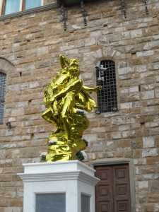 Jeff Koons in piazza della Signoria a Firenze; è tutt'oro quello che luccica o dietro la patina dorata vi è quanto nella fotografia qui accanto ?