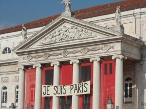 Je suis Paris ; novembre 2015  Striscioni di questo genere,dopo l'accaduto dei scorsi giorni, li troviamo un pò dovunque. Almeno in Europa. Questo  è presso l'elegante quartiere del 'Rossio' a Lisbona ,Portogallo