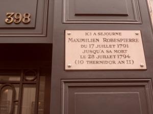 Maximilien de Robespierre et sa dernière résidence au Rue Saint Honorè. Un tipo che non scherzava… Nel suo ultimo discorso d'assemblea manifestò il proposito di eliminare i nemici della Rivoluzione. I convenuti si guardarono tra loro e decisero che sarebbe stato meglio eliminare Lui anziché molti tra loro!
