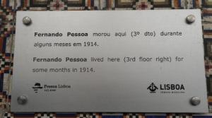 Particolare della targa commemorativa a Fernando Pessoa