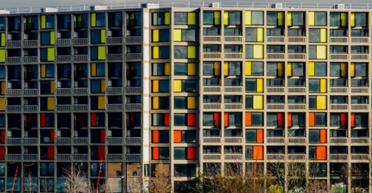 Frank O Gehry,  alias , Ephraim Goldberg. Gehry sembra ripercorrere l'Opera di le Corbusier. Se raffrontiamo questi due lavori con 'quello ' sovietico qui sopra si nota che l'unica vera sostanziale differenza sta nella fatiscenza del primo rispetto agli altri due ancora ben conservati. Ma... il formicaio ovunque sia e comunque lo si chiami resta sempre tale.