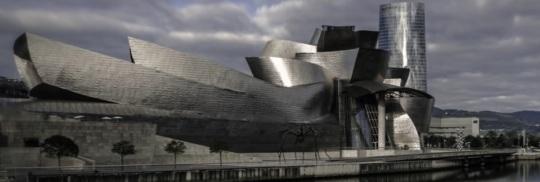 Frank O Gehry Guggenheim Museum Bilbao Spagna. Come sopra; code di pesce svolazzanti.