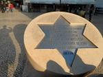 Lisboa on the road; questo monumento/targa commemorativo/a, ricorda l'incipit dell'inizio della cacciata degli ebrei dal Portogallo - iniziata nell'anno domini 1506 -. Accanto, sempre  in 'largo Sao Domingos', vi è la Chiesa di cui sopra fotografia interno.