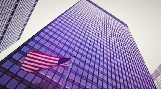Ludwig Mies van der Rohe ;  Seagram Building New York 1958. Come Gropius ,Mies era stato direttore in Germania della Bauhaus e entrambi finiranno negli USA mettendo da parte idee 'sociali' da applicare al mondo dell'architettura, per costruire ville e palazzi di prestigio come questo.
