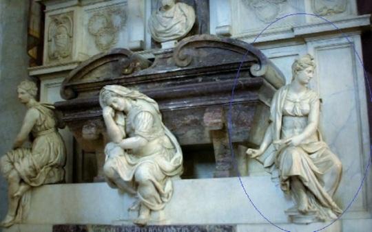 Sepolcro di Michelangelo Buonarroti nella Chiesa di Santo Spirito a Firenze, a due passi dalla sua casa fiorentina sita in via Ghibellina, oggi sede museale. Si noti nel cerchio blu la statua allegoria dell'architettura, pare eseguita da Giorgio Vasari, con quella del Giambologna – allegoria anch'essa dell'architettura – ed entrambe quasi coeve del 1570 circa.