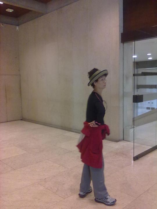 Museu Calouste Gulbenkian ; un'attenta osservatrice cinese! Lei si che sa muoversi in questi ambienti!