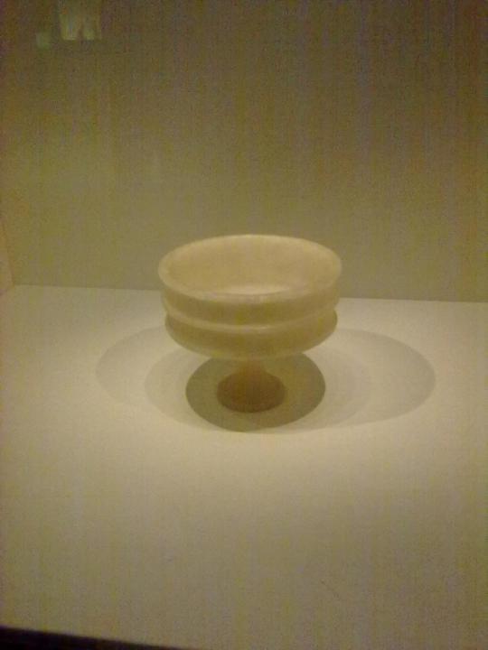 Reperto in alabastro - coppa - egizio. Quasi cinquemila anni, e... non sentirli. Straordinaria freschezza espressiva a distanza di tanti secoli. Un reperto veramente notevole!