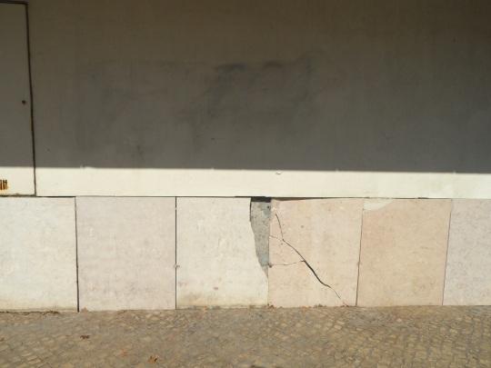 Portuguese Pavilion architect Alvaro Siza ; piccole imperfezioni nella progettazione, nella esecuzione o cattiva cura della struttura ?